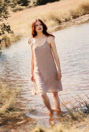 Trblietavé šaty na ramienka