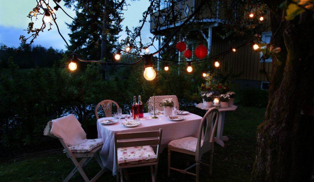 Svetelná reťaz povýši letnú večeru na malú záhradnú slávnosť.