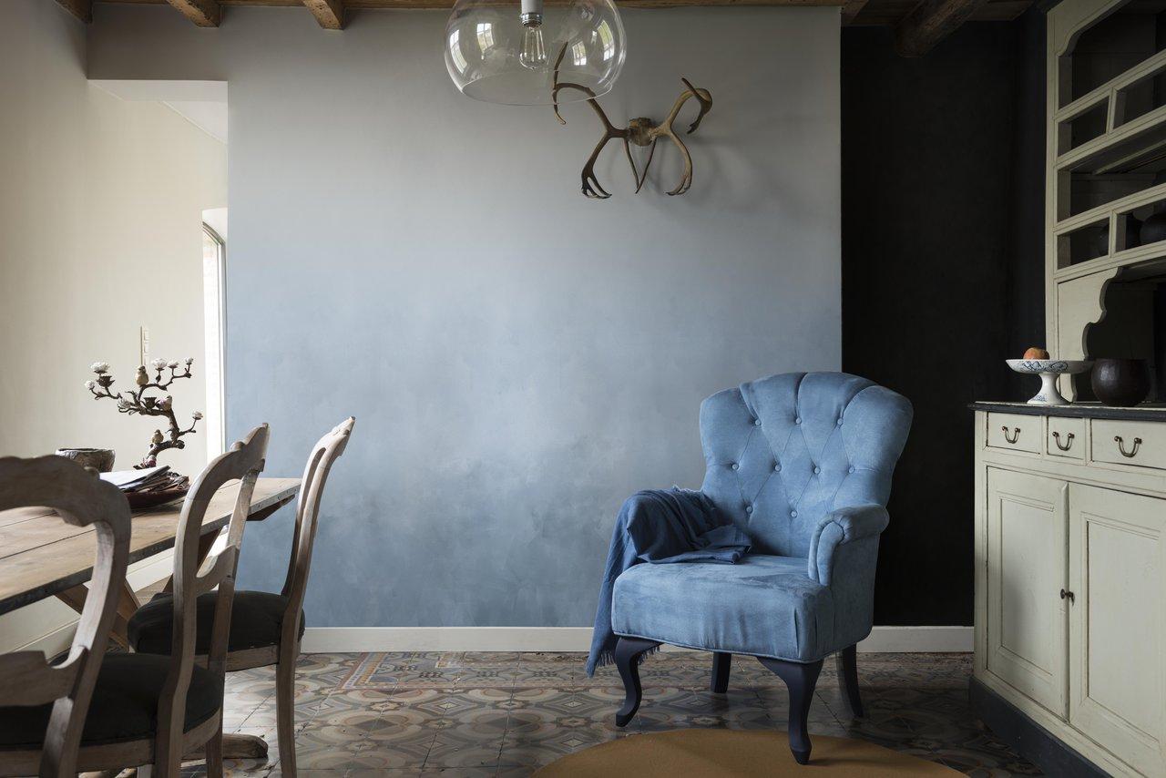 Modrá výmalba i nábytek