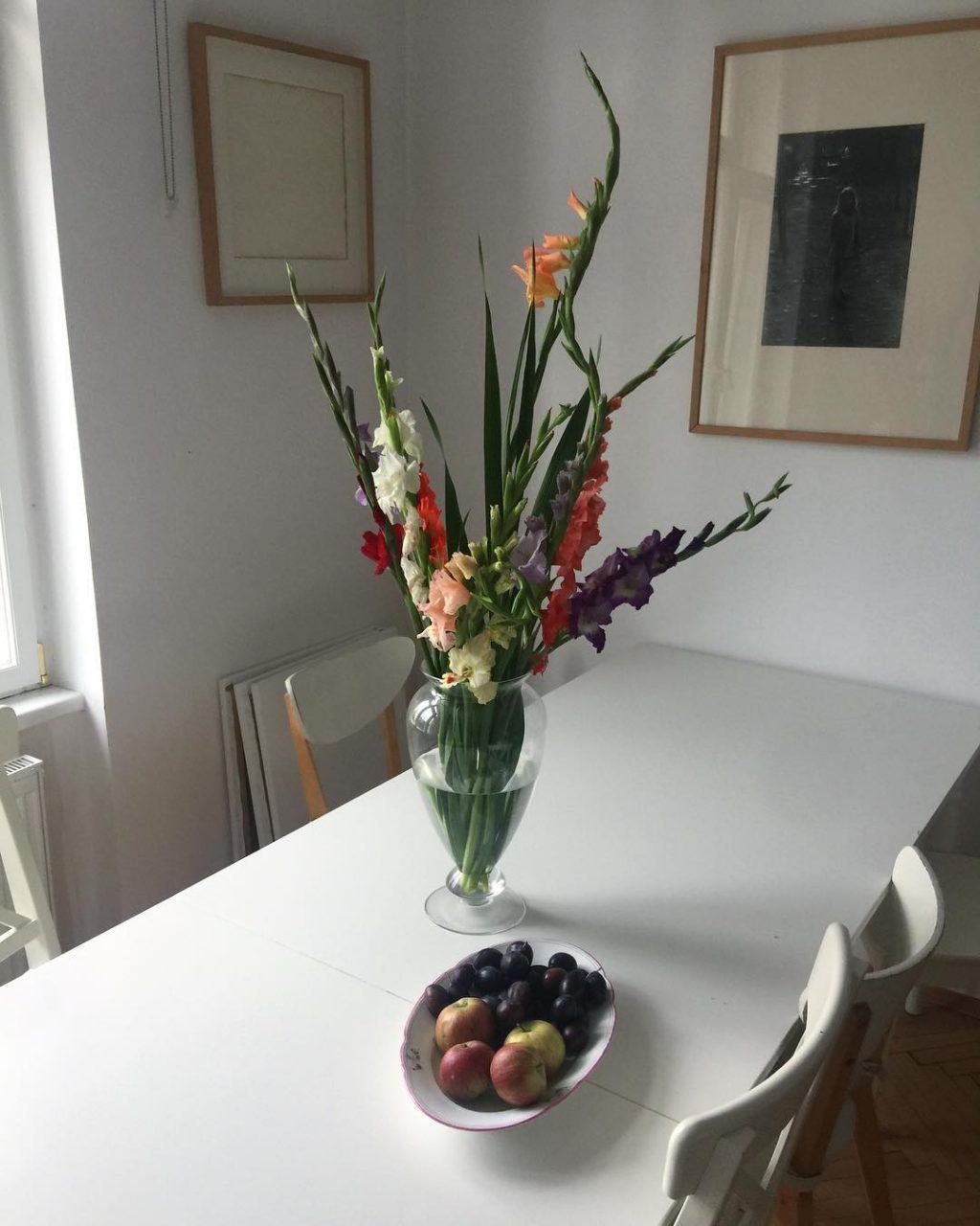 Květiny dokáží minimalisticky čistý byt nádherně rozzářit