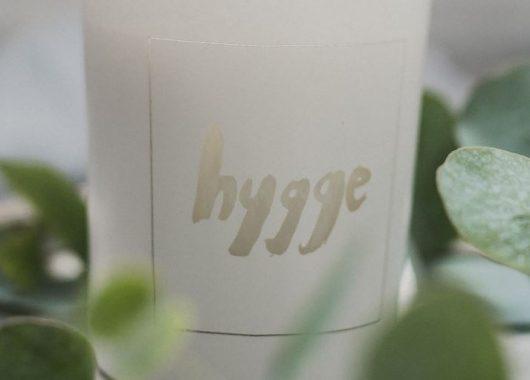 Svíčka s trefným nápisem Hygge.