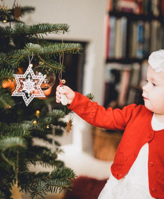 Dítě u stromečku