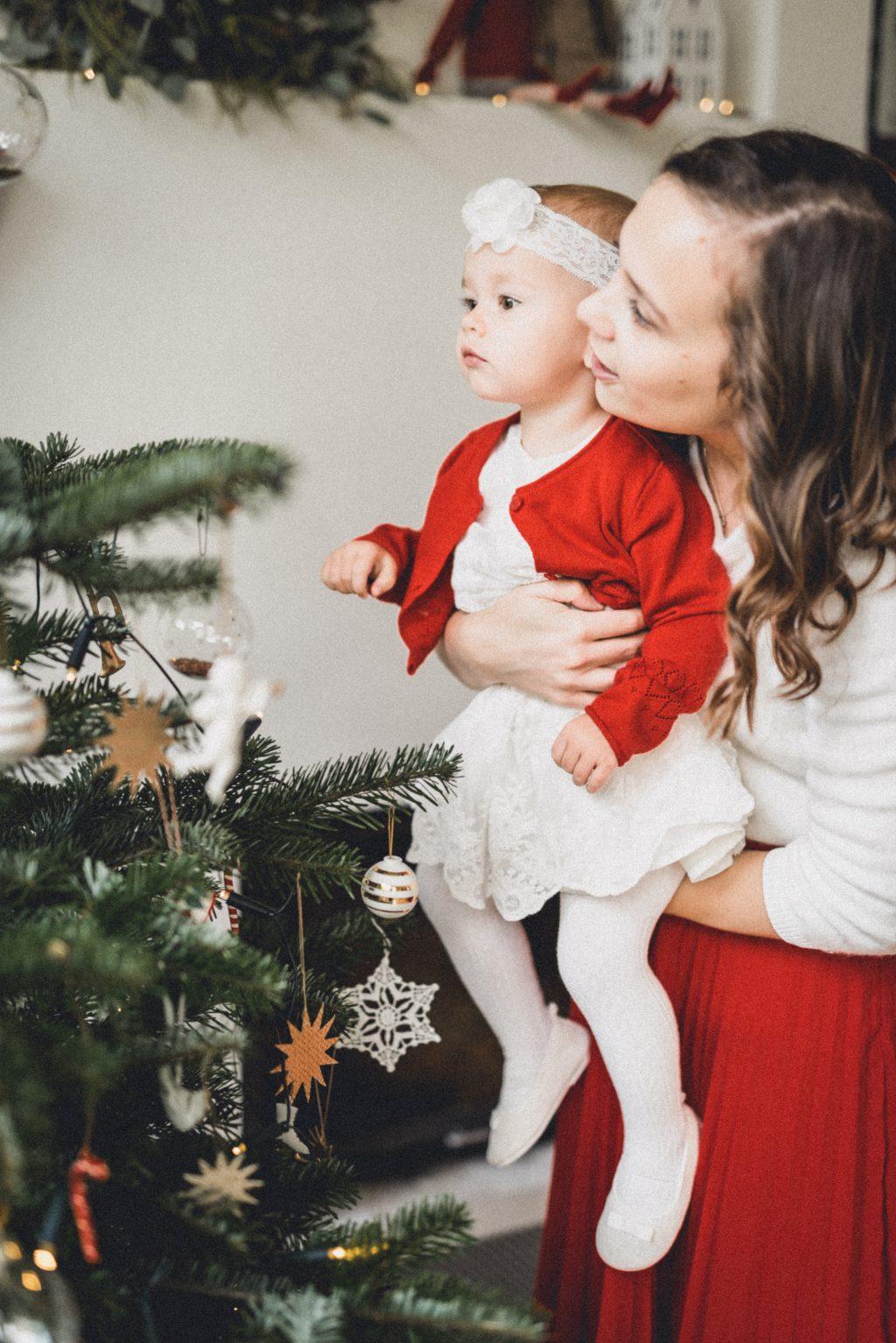 Dítě u vánočního stromečku.