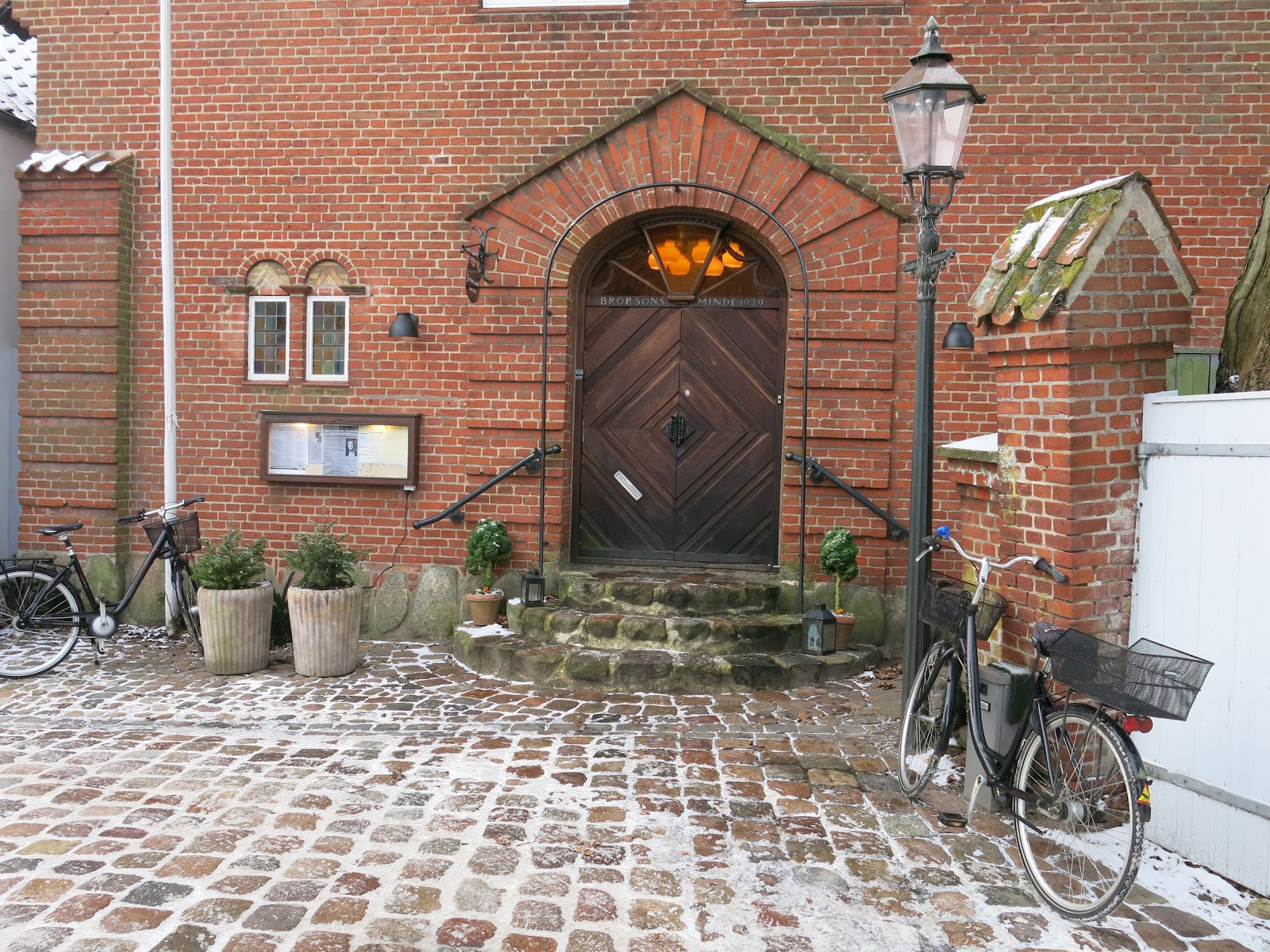 Vchod do maličkého kostela.