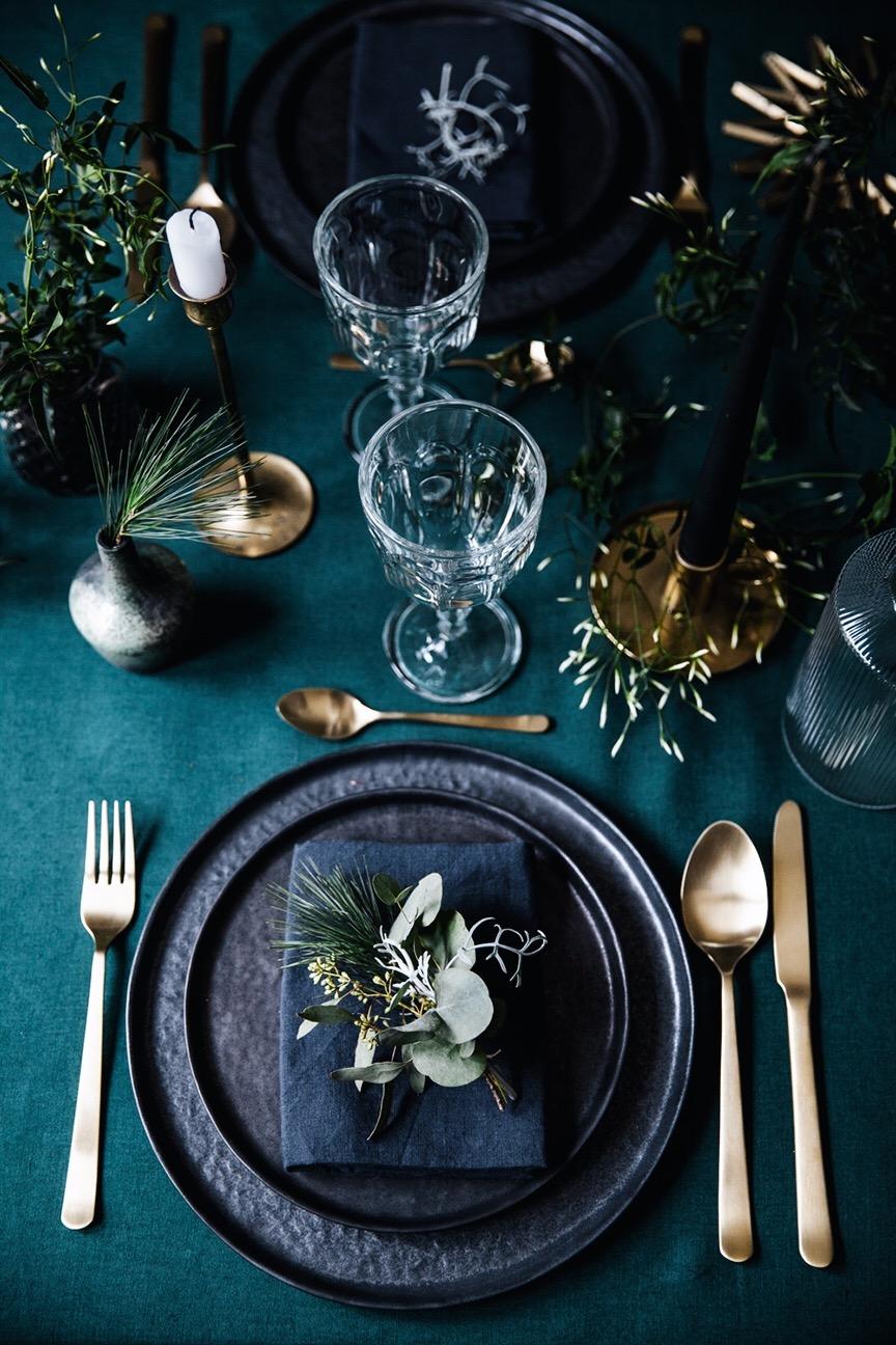 Tmavý riad je okúzľujúcim doplnkom prestretého stola.