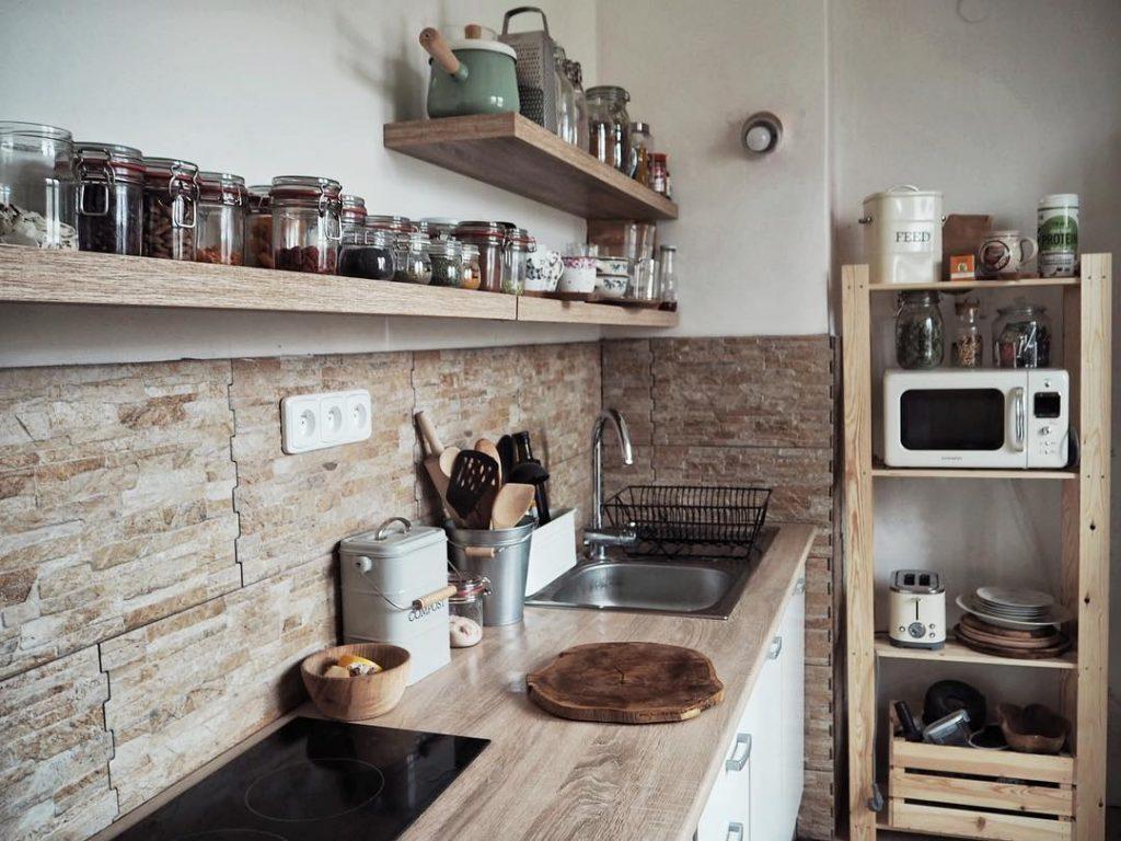 V kuchyni nesmí chybět úlovky z blešáků, ale třeba i retro dózy Garden Trading ve stylu anglického venkova