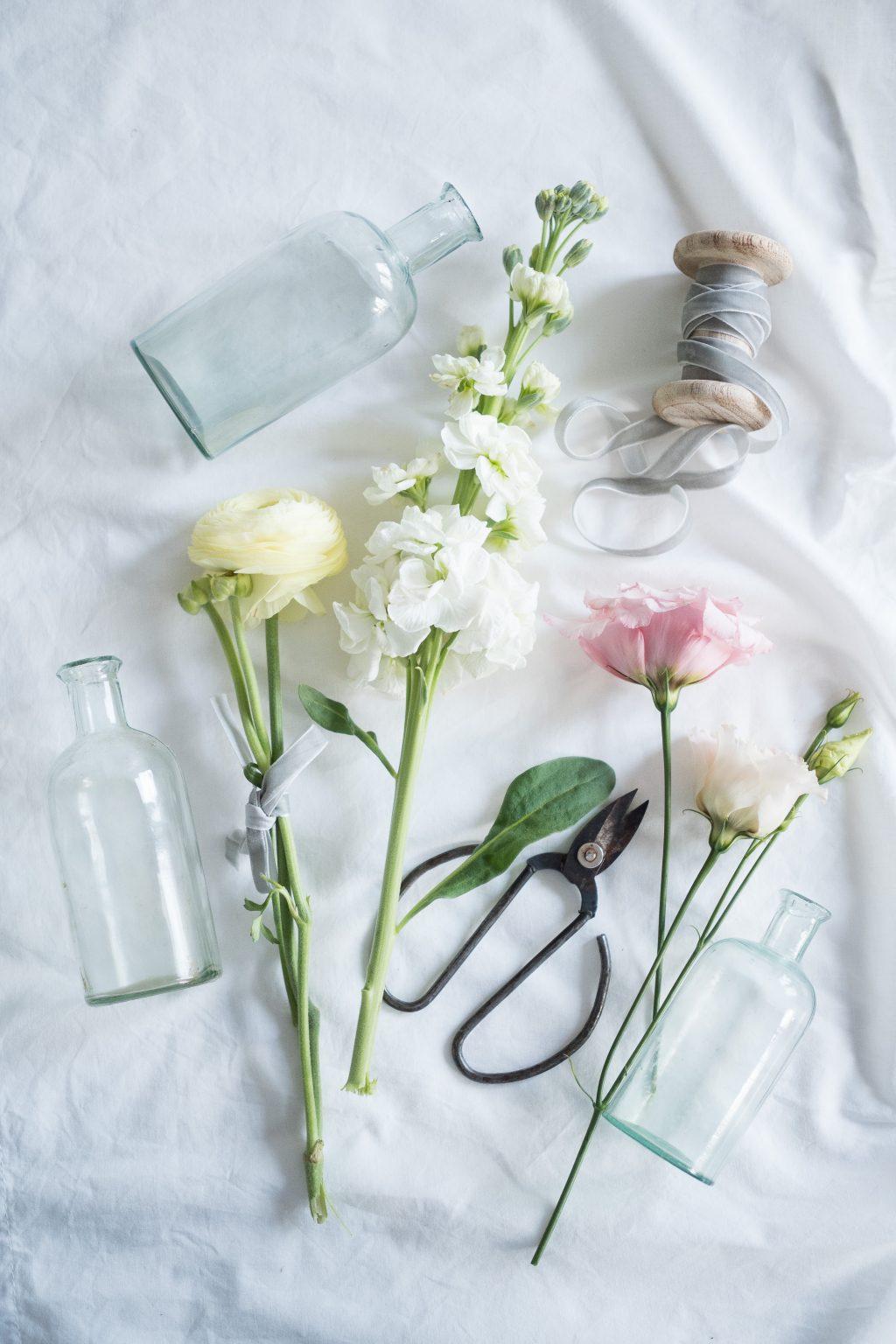Květiny a flaštičky na jarní dekoraci