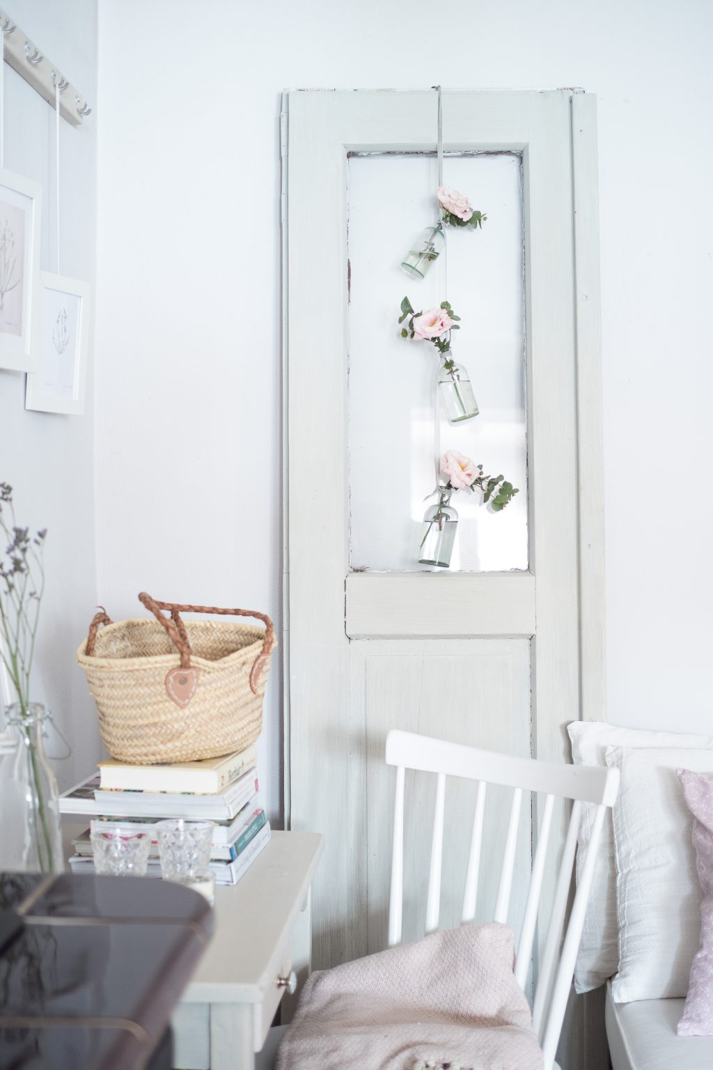 Závěsná jarní dekorace z květin