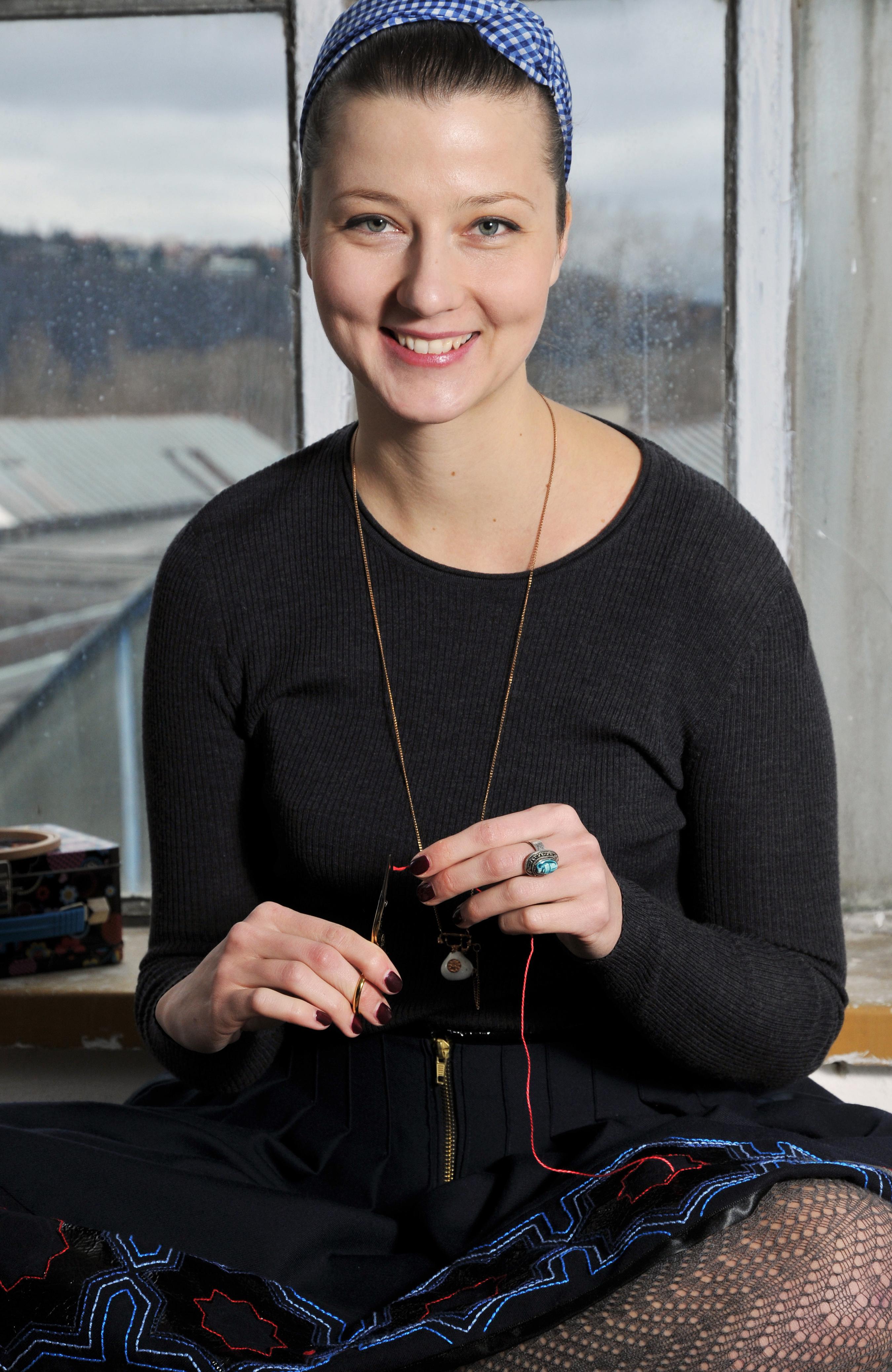 Eva, autorka knihy o moderní výšivce Steh-by-Steh