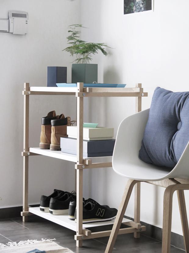 Skříňka s doplňky a židlí k odpočinku
