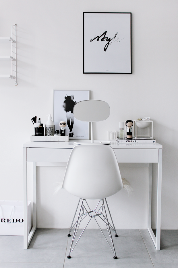 Kozmetický stolík, dekorácie, čiernobiele bývanie