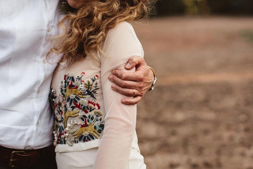 Ručně vyšívané svatební šaty