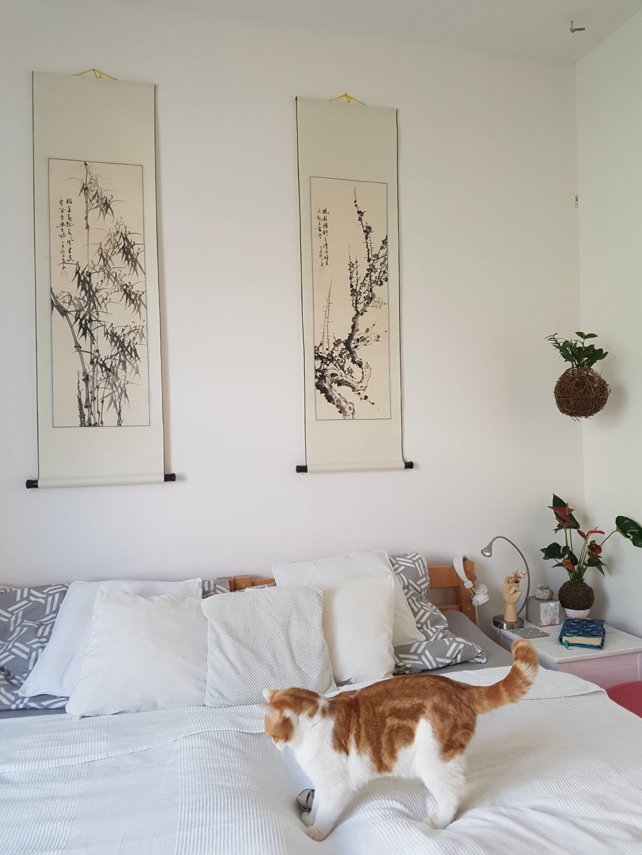 Spálňu zdobia orientálne kaligrafie