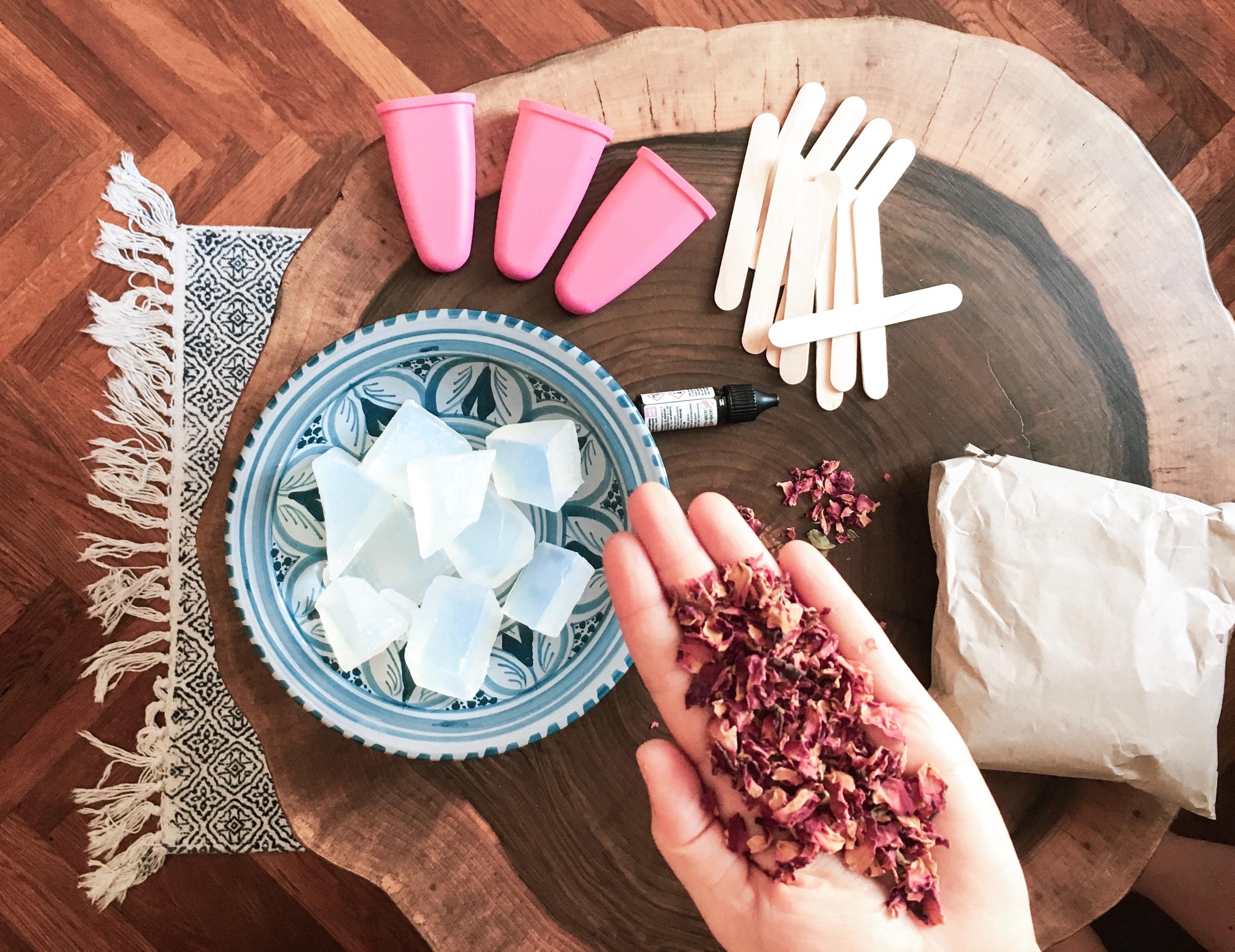 Okvětní lístky růže, miska s mýdlovými kostky