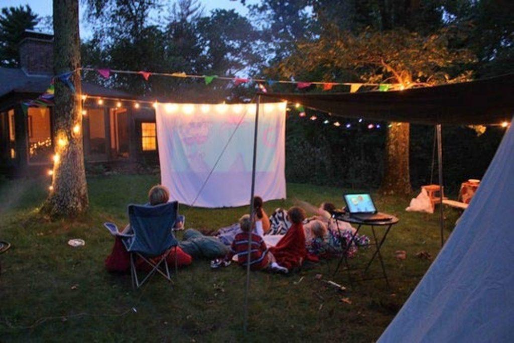 Domácí kino na zahradě