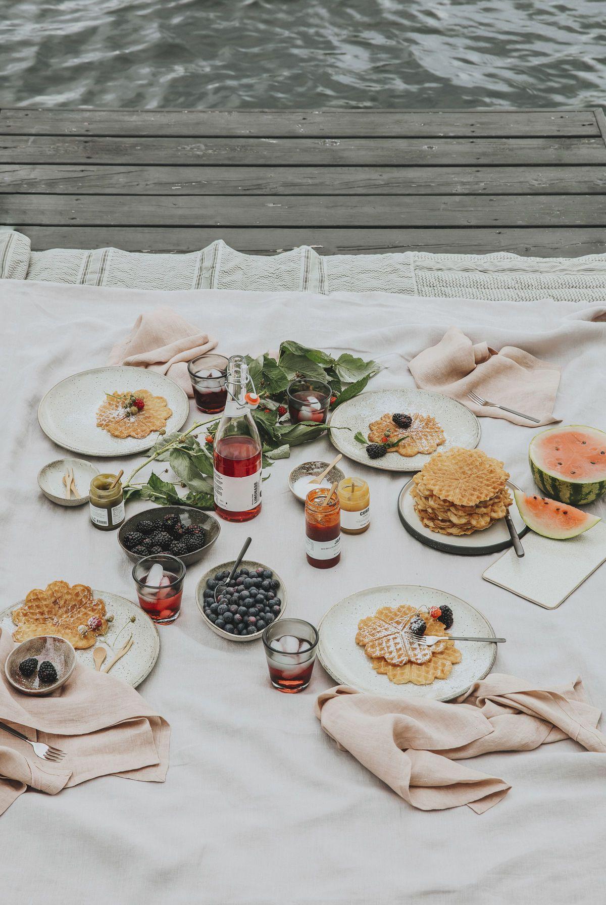 piknik se spousty dobrot a domácí limonádou