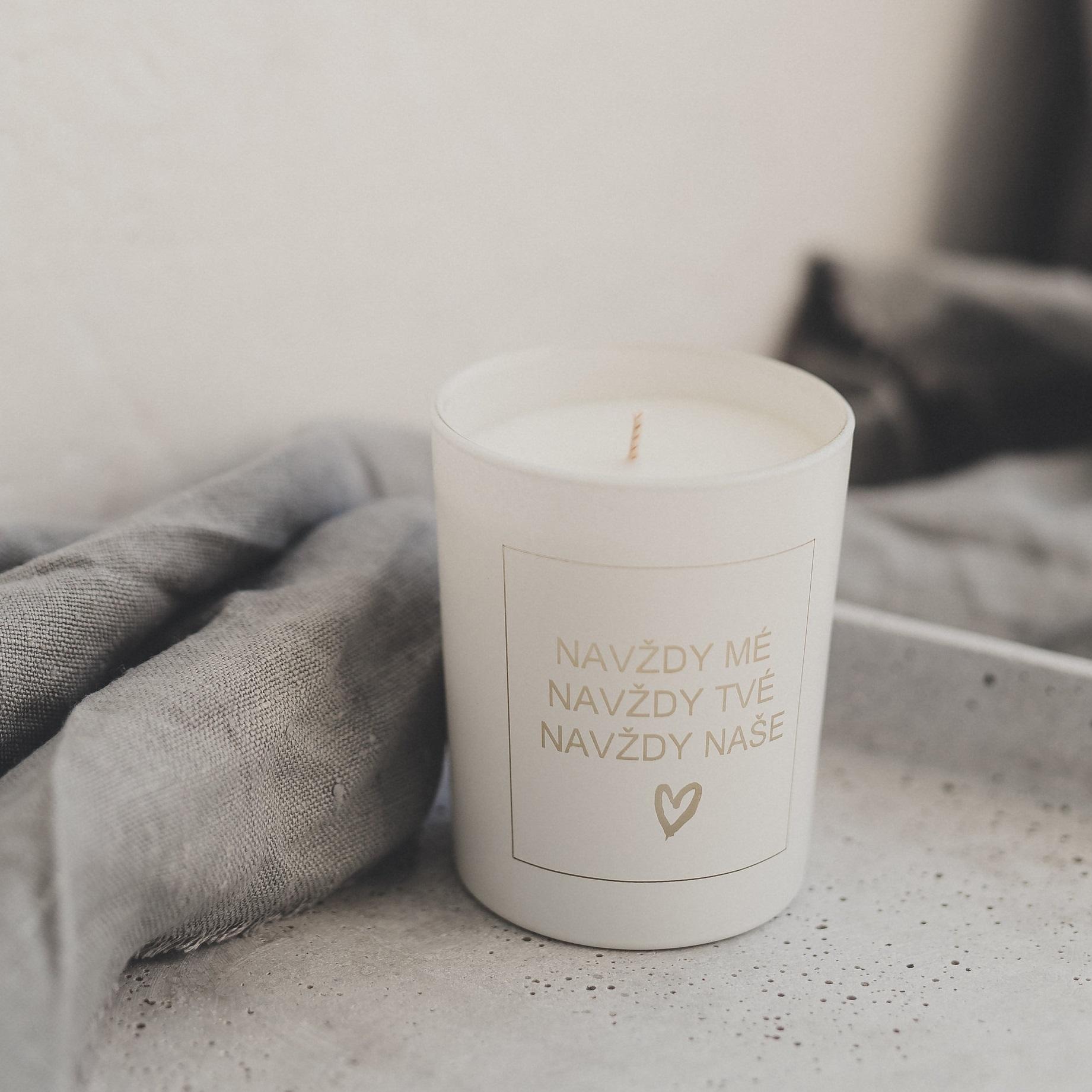 Svíčky s českým nápisem od Bella Rose jsou osobitým svatebním darem