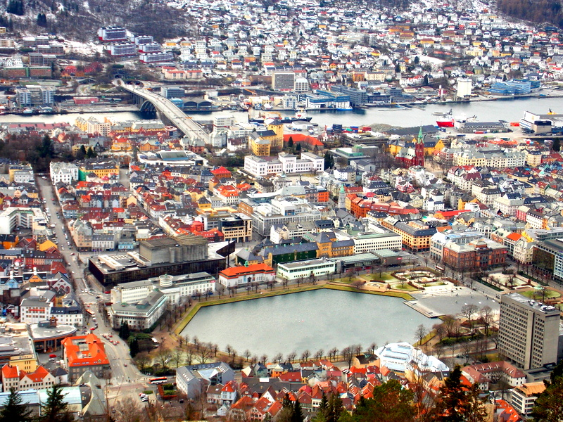 Nejstarší čtvrť Bergenu, Bryggen, hraje barvami. Nádhera!