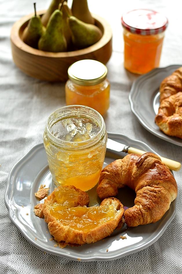 Croissant s marhuľovou marmeládou