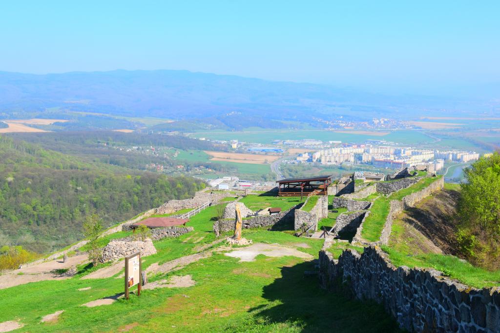 Pustý hrad si obľúbili nielen rodiny s deťmi, ale aj zamilované páriky