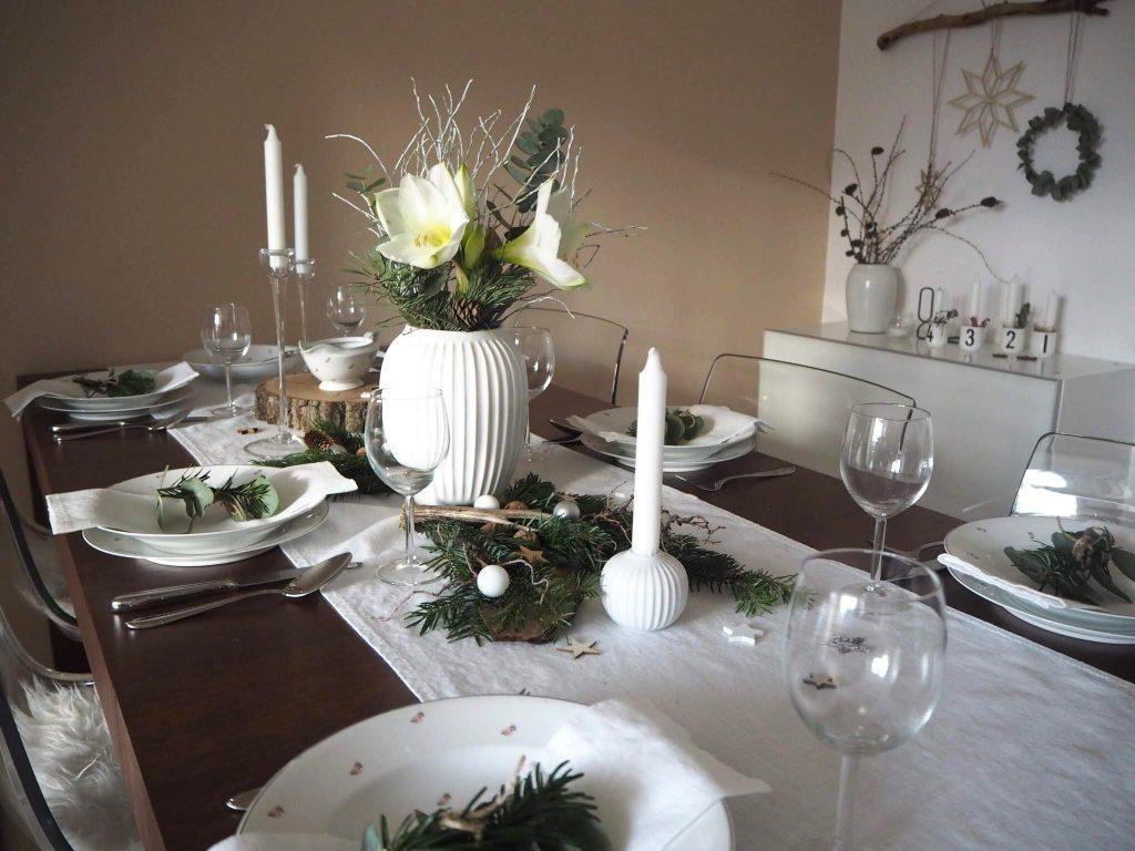 Prestretý stôl v škandinávskom štýle.
