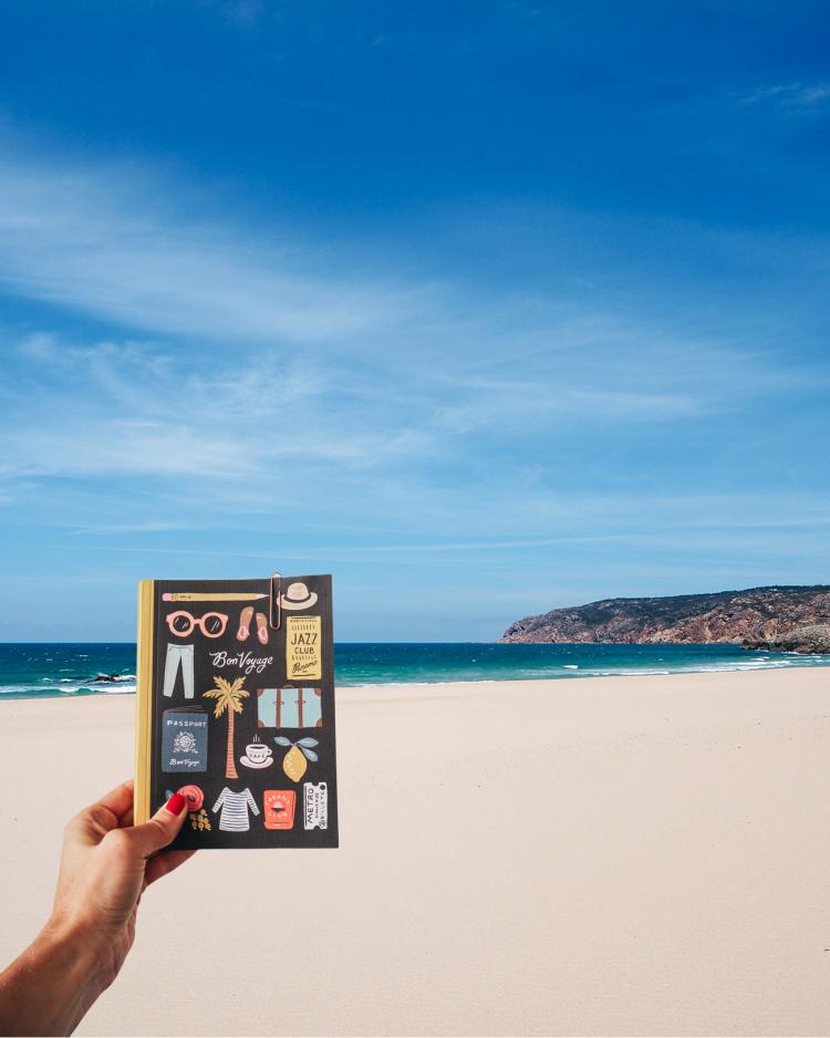 cestovateľský denník na pláži v Lisabone