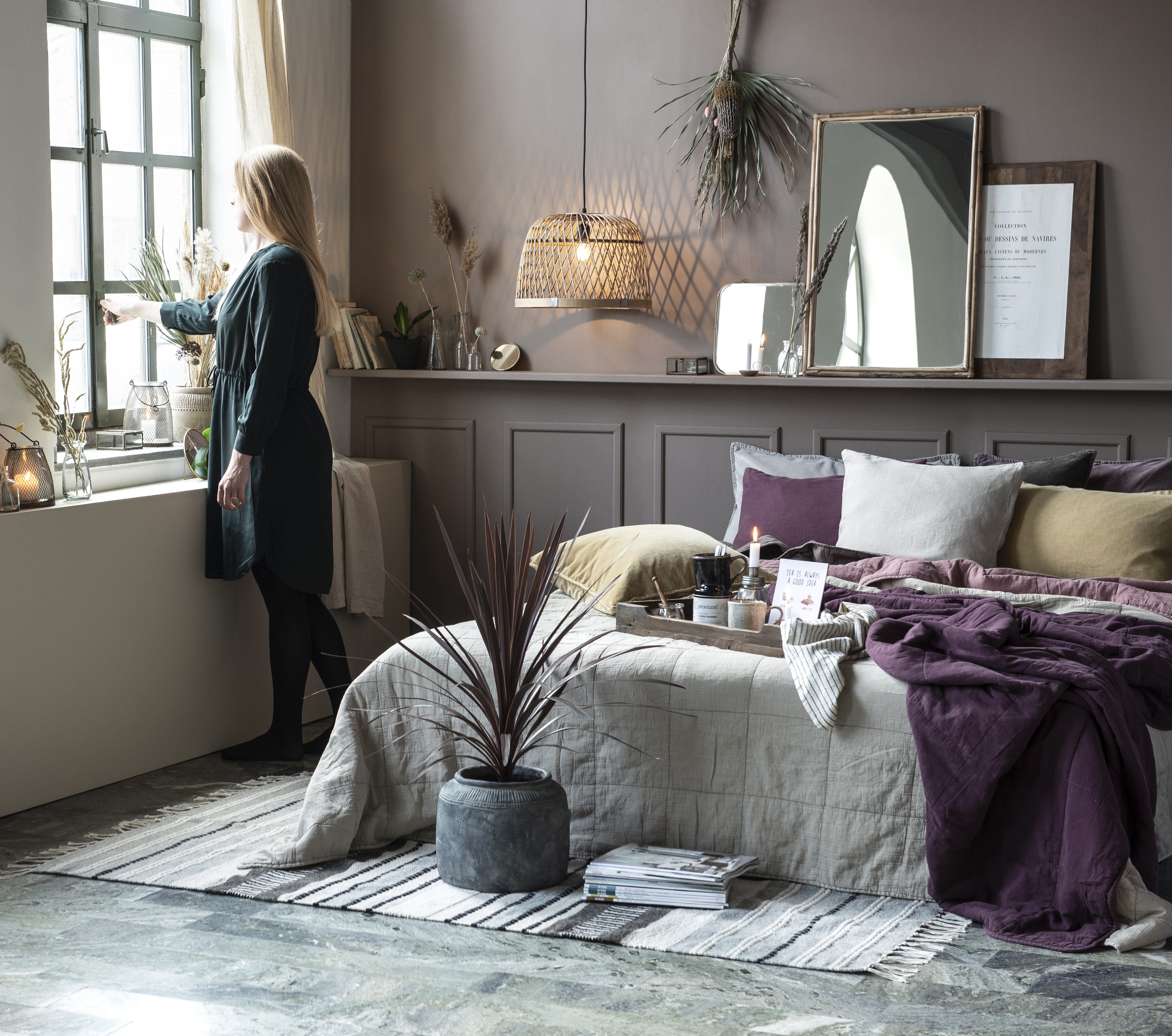 Do přírodně laděných interiérů snadno zakomponujete i výraznější barvy - jako třeba fialovou