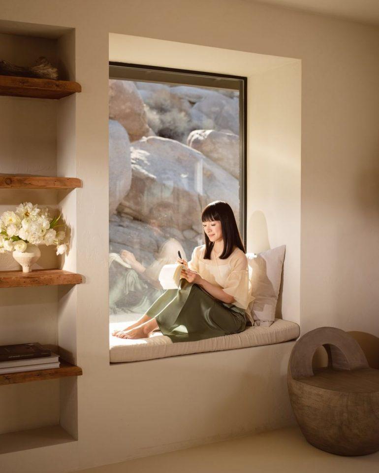 žena v okně