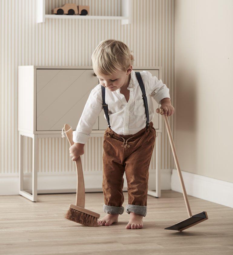 Podlaha se sama nezamete. Ale děti ji zamést mohou!